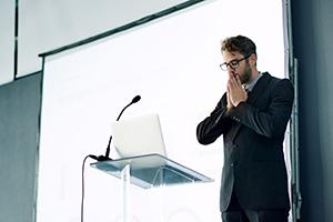 لرزش صدا هنگام صحبت چه علتی دارد؟